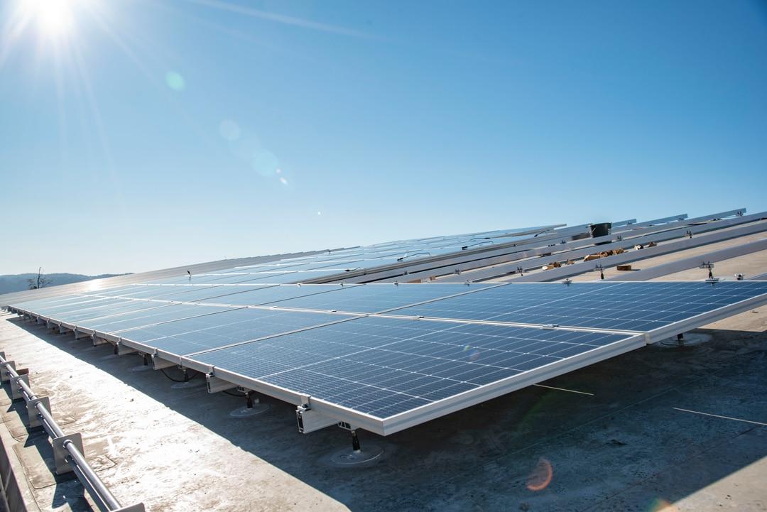 Die Installation von Photovoltaikanlagen zählt zu den Aufgaben der Elektrotechnikabteilung